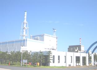 東海第二原発の原子炉建屋と排気筒