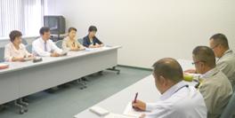 原電に要請する江尻議員(左列の右端)=東海村