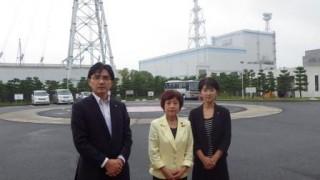 東海大2原発原子炉建屋の前で 江尻市議・大内県議・田中市議