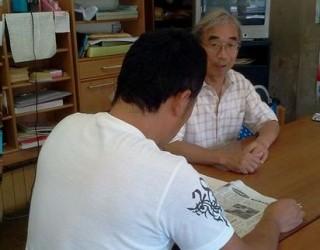 中庭議員に生活保護削減反対を訴える男性。 8月27日水戸市見川5丁目