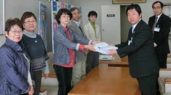 市長に署名を提出する「水道料金値上げ反対市民連絡会」のメンバーと江尻議員(11月6日、市役所市長応接室