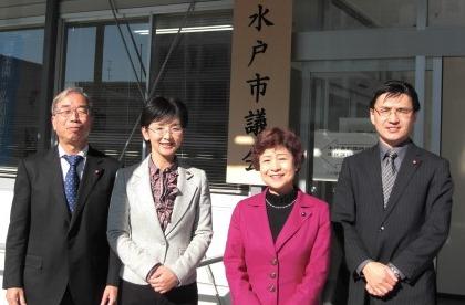 (左から)中庭議員、江尻議員、大内県議、田中議員=1月6日