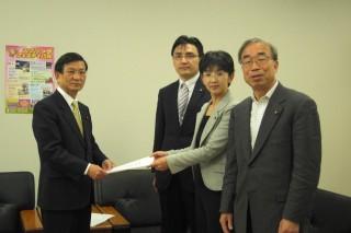 田口議長(左)に申し入れる日本共産党水戸市議団