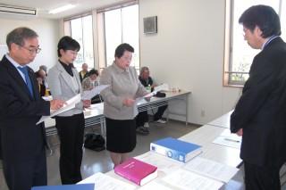 生活と健康を守る会の水戸市との交渉に参加する中庭市議、江尻市議(4月24日、三の丸庁舎)