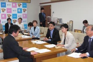 住民とともに高橋市長に要請する水戸市議団(5月12日)